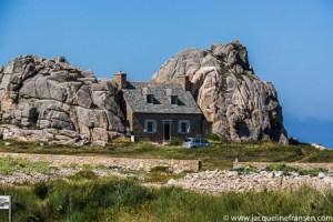 Huisje tussen de rotsen