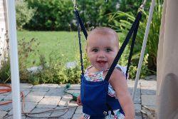 Chloé est tout sourire dans son Jolly Jumper.