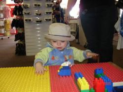 Le plaisir de magasiner pour un enfant.