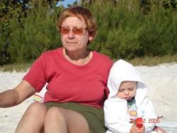 Sur la plage avec ma Mamie Céline.