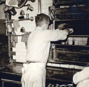 Adriaan Leurs voor de kolengestookte oven in de Rogstraat