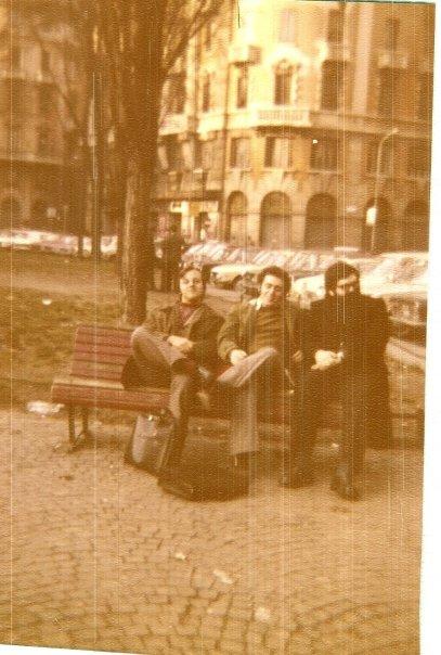 Piazza Vetra, davanti al Cattaneo ragionieri, 1973 dc. Da sinistra: io, il mio compagno di classe Concezio (ottimo damista e scacchista) e l'amicissimo Giuseppone