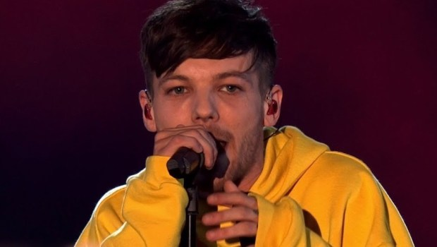 "Louis Tomlinson arrasa na primeira performance de ""Miss You"". Assista!"