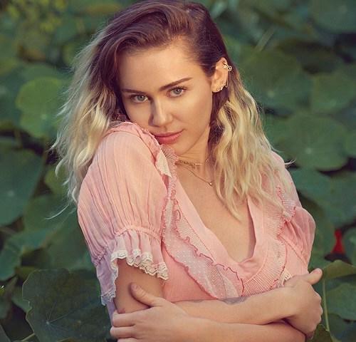 Miley Cyrus atende pedido na internet e entra em contato com mãe de fã.