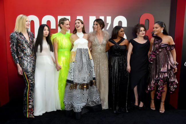 Veja os looks do elenco de Oito Mulheres e Um Segredo na premiere do filme