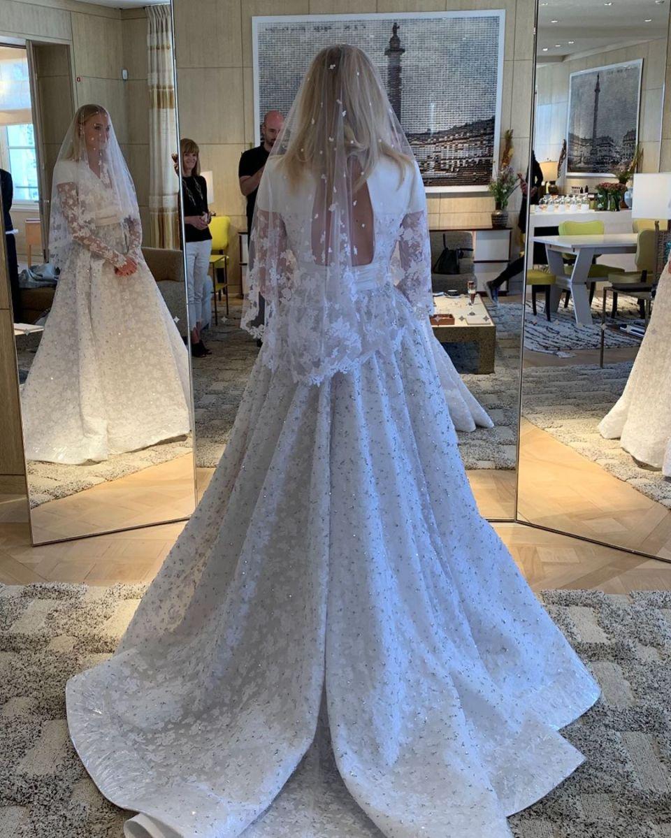 Sophie Turner e Joe Jonas compartilham primeira foto do vestido de noiva do novo casamento