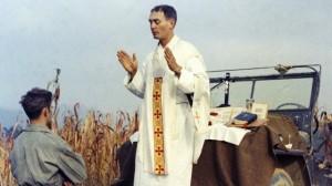 Fr. Emil Kapaun celebra la Santa Misa