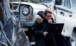 Marie Colvin escribiendo su crónica