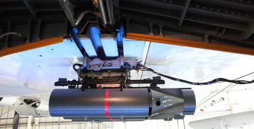 En av bombene i posisjon til å slippes mot en ubåt