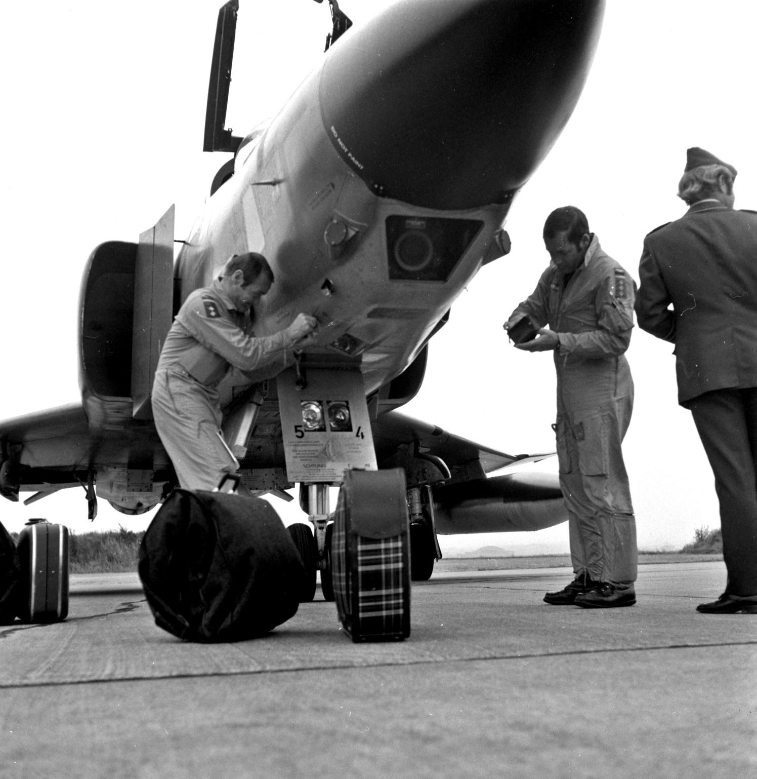 Et av de fem vesttyske Phantom II flyene klargjøres for hjemreisen etter Big Click 72. «Pluto» og «Franki» er nesten klare til å sete kursen mot Vest-Tyskland i sin rekognoseringsjager. Foto: Per Jonsson via Arild Jonsson.