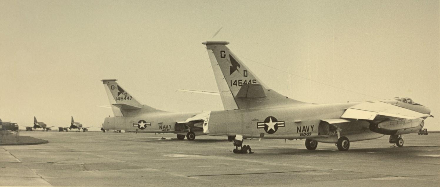 Også hangarskipbaserte fly fra de to hangarskipene USS Roosevelt og USS Forrestal var innom Sola i forbindelse med Norther Wedding 86. Her eksemplifisert med to Douglas A-3 Skywarrior. I bakgrunnen står to av de amerikanske Phantom II-jagerne fra 141st TFS. Foto via Sola Flystasjon.