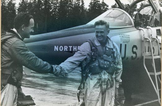 22. juni 1964 ble major Arne Thorvaldsen den første norske flygeren til å fly F-5 i forbindelse med flyets første norgebesøk som fant sted Rygge. Her Gratuleres Arne av en av flyfabrikkens egne flygere i etterkant av turen. Foto: Ukjent / Jærmuseet avd. Flyhistorisk Museum Sola