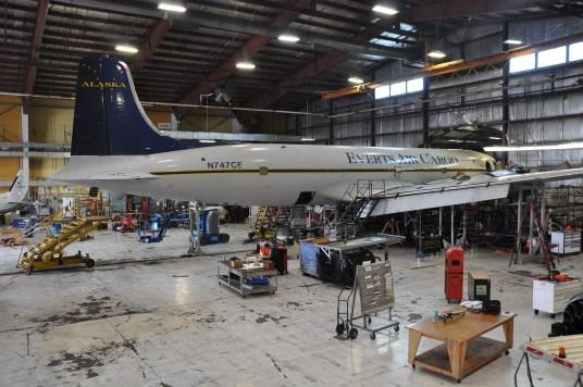 DC-6 «N747CE» inne i hangaren til Everts Air Cargo i Fairbanks, Alaska til reparasjon.