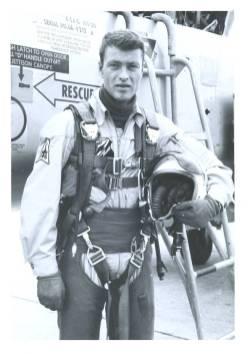 Per Gram ved siden av en F-5 Freedom Fighter mens han enda fløy for 338 skvadron i 1968. Foto via Per Gram.