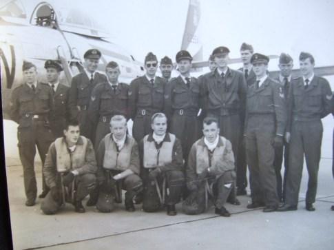Flygere og bakkepersonell fra 331 skvadron på Sola i forbindelse med en skyteøvelse i 1957. Mike Boxill sitter på huk lengst til venstre. Foto via Mike Boxill.