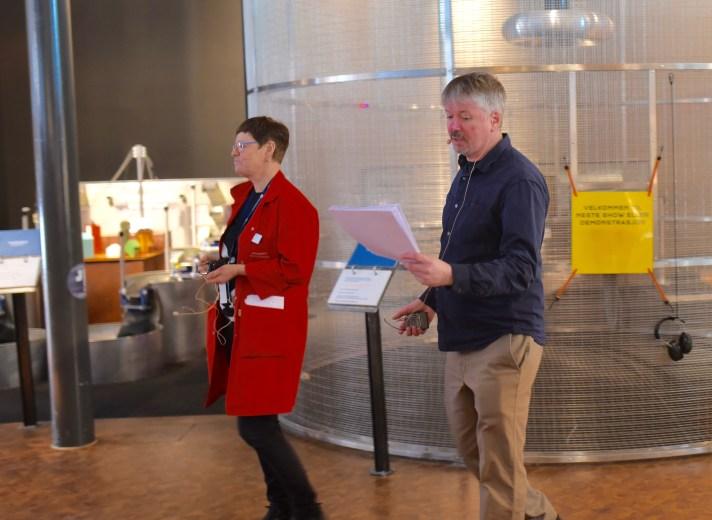 Konkurranseansvarlig Marta Vassbø sammen med professor i matematikk, Mike Naylor, som har laget oppgavene. Foto: Torbjørn Moe Eggebø