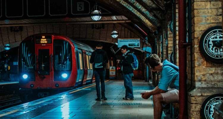 rapaz a viajar de trem pela Europa