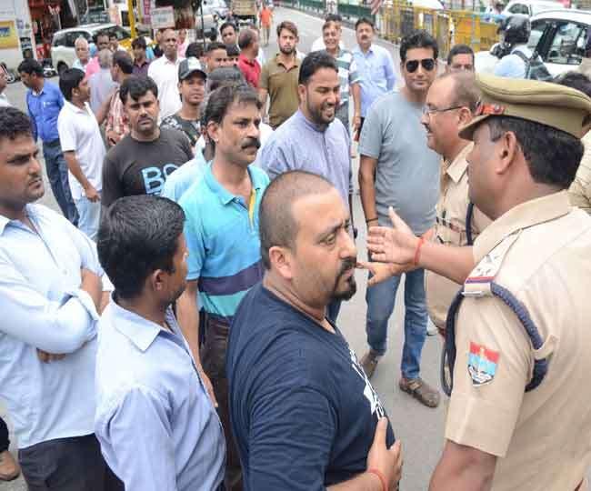 पुलिस के ट्रैफिक प्लान पर लोगों का अड़ंगा, विरोध के बाद खोला कट Dehradun News