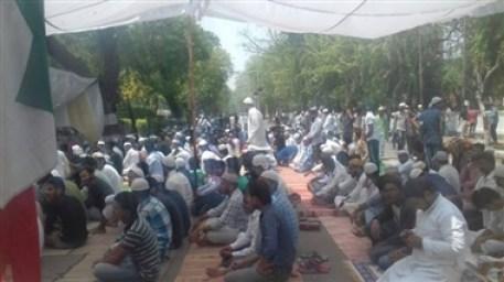 अलीगढ़ में जिन्ना को लेकर गर्माहट, एएमयू गेट पर पढ़ी नमाज, शाम को खत्म हो सकता है धरना
