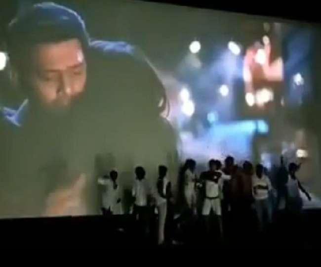 Prabhas की दीवानगी! Saaho का टीजर देख उतावले हुए फैंस, टी शर्ट उतारकर थिएटर में ही करने लगे डांस