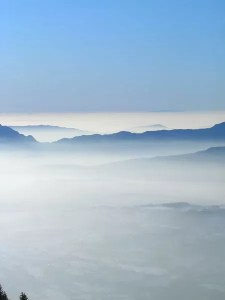 Montagnes dans mer de nuage