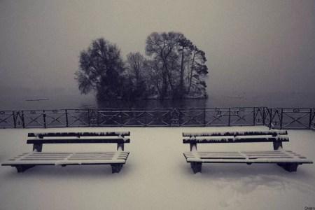 bancs enneigés face au lac