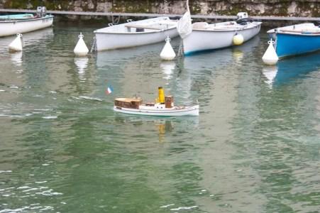 mini bateau dans le canal