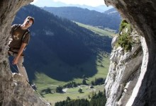 au milieu des roches durant une expédition encordée