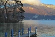 annecy l'hiver avec ponton bleu