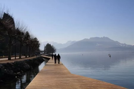 matin ensoleillé sur les rives du lac