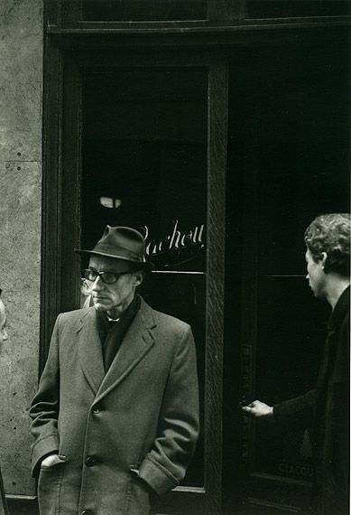 William Burroughs frente al Beat Hotel en 1959