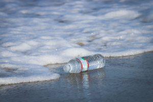 Pollution de l'eau par une bouteille