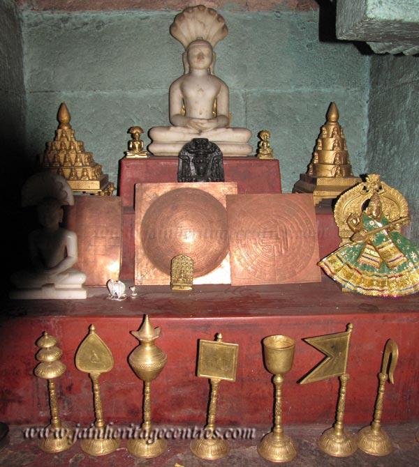 Jain idols at Sri Vijaya Parshwanath Swamy Temple.