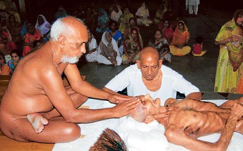 ಸಲ್ಲೇಖನ ವ್ರತವನ್ನಾಚರಿಸುತ್ತಿರುವ ಜೈನ ಮುನಿ ಯೊಬ್ಬರ ಚಿತ್ರ.