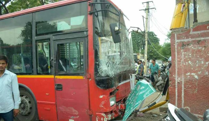 low-floor-bus-accident-at-university-mod-jaipur
