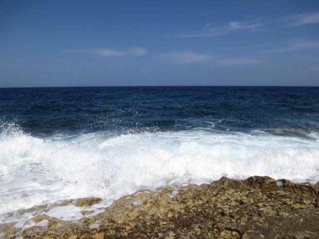 6月・7月によく泳いでいたあたりは波が高く、とても泳げそうにない。この海面下の景色が見たかった。