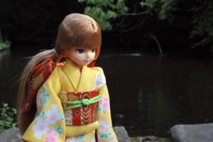 池の側で一休み(髪型を何とかしたい)