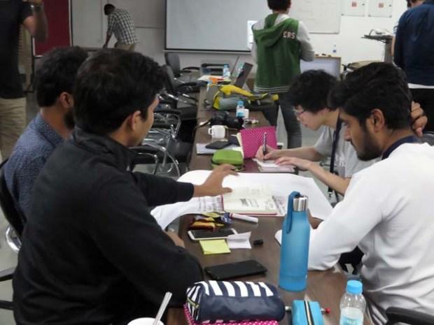 双方の学生が混じってアイデアを練ります
