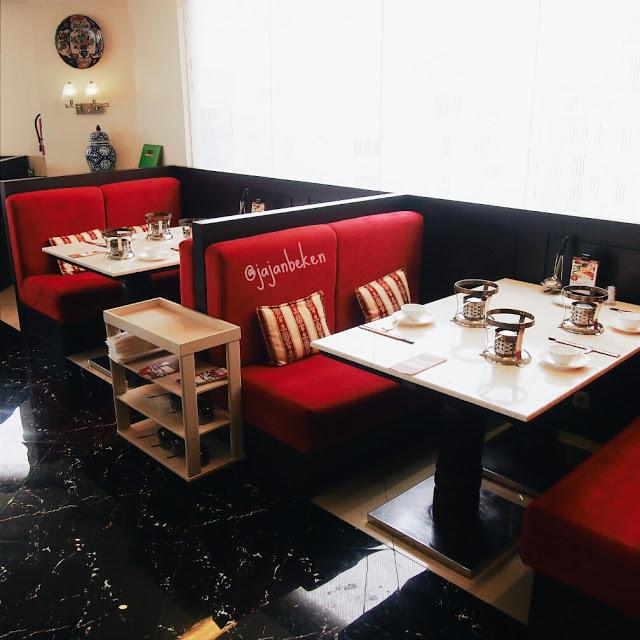 Warna merah, hitam dan putih gading mendominasi interior ruangannya.