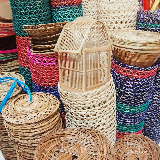 Aneka perlengkapan makan dari bahan kayu rotan.