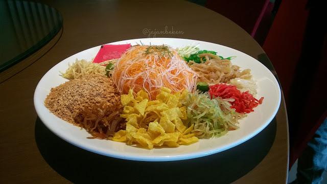 Berbagai jenis sayuran dan hasil lauit yang tersusun rapih di atas piring Yee Sang.