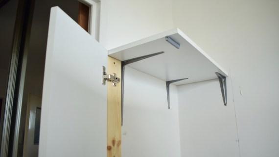 Zabudowa wnęki przy lodówce – szafka na mopy DIY