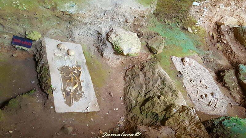 Grotta del Romito - calchi delle antiche sepolture