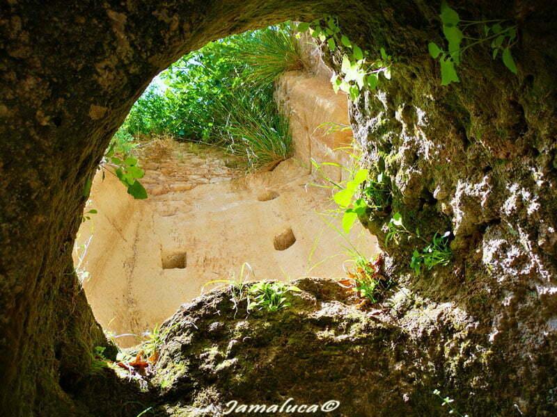 Le Grotte di Zungri: un viaggio nella città di pietra in Calabria