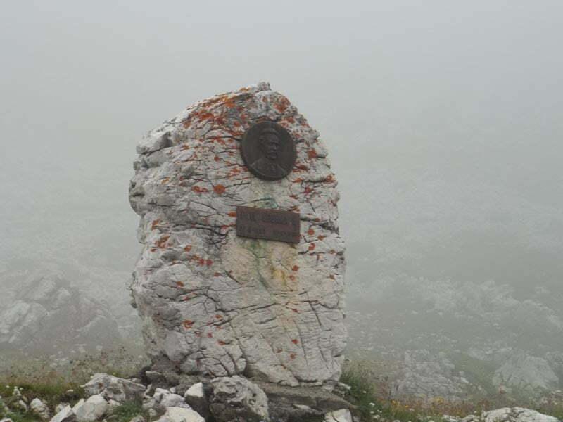 Tre-cime-di-Lavaredo-Monumento-Paul-Grohmann