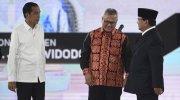 Capres nomor urut 01 Joko Widodo (kiri) dan capres nomor urut 02 Prabowo Subianto (kedua kanan) bersama Ketua KPU Arief Budiman (kedua kiri) sebelum mengikuti debat capres putaran keempat di Hotel Shangri La, Jakarta, Sabtu (30/3/2019). [Antara Foto/Hafidz Mubarak A/foc]
