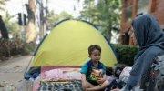 Kondisi salah satu keluarga imigran yang tinggal di atas trotoar Kebon Sirih. (Suara.com/Fakhri Fuadi)