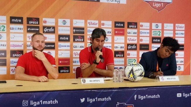 Pelatih Bali United Stefano Cugurra Teco (tengah) dan Melvin Platje (kiri) dalam jumpa pers sehari jelang melawan Bhayangkara FC, Kamis (12/9/2019). (Adie Prasetyo Nugraha/suara.com).