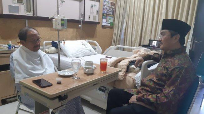 Presiden ke-3 RI, BJ Habibie di rumah sakit saat dijenguk Jimly Asshiddiqie. (Fotp @Karolina_bee11/Istimewa)