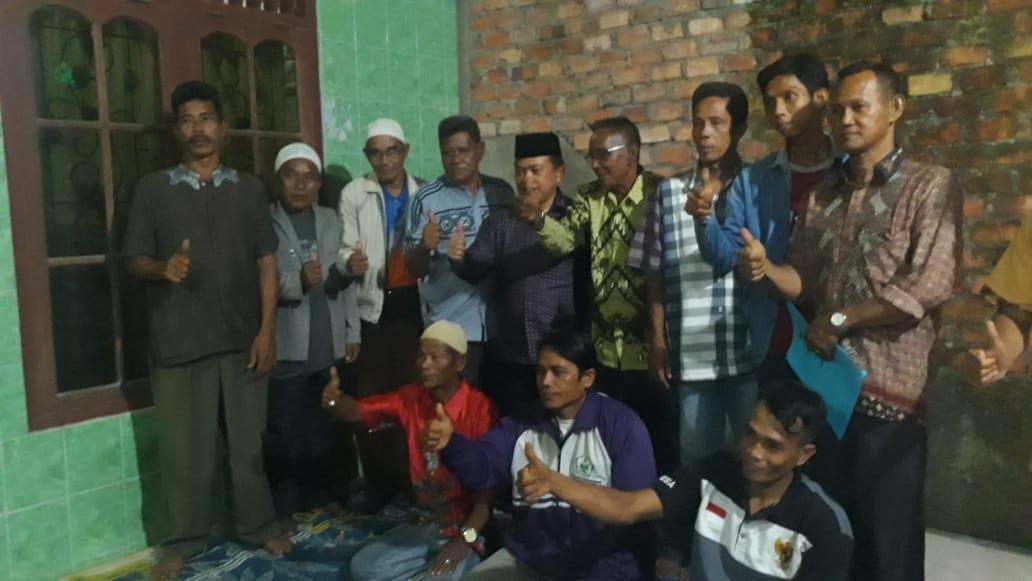 Alharis Foto bersama Mbah Kuncir atau Mbah Sarijon dan warga tebing tinggi tanjabbar. Foto: Iis/Jambiseru.com